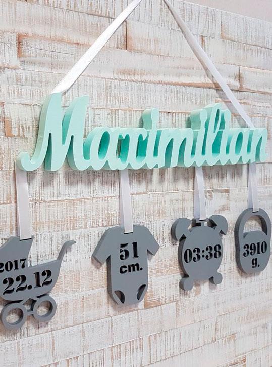 Geburtslegende Wunschname Schriftzug Maximilian mit 4 Anhängern und Geburtsangaben des Kindes aus 18mm Massivholz