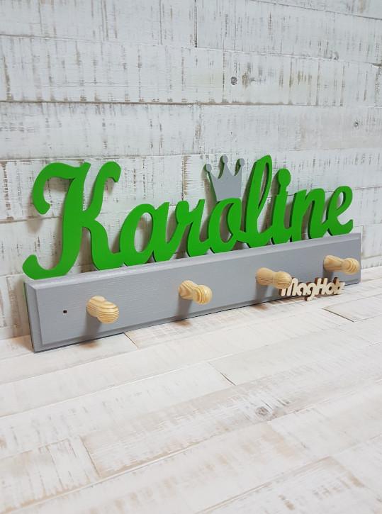 Kindergarderobe aus Holz mit Namen Karoline in Schreibschrift