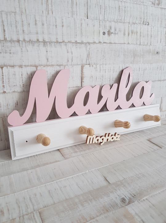 Kindergarderobe aus Holz mit Namen Marla in Schreibschrift