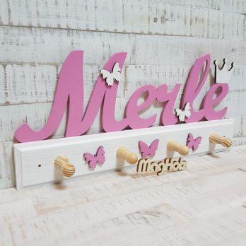 Kindergarderobe aus Holz mit Namen Merle in Schreibschrift