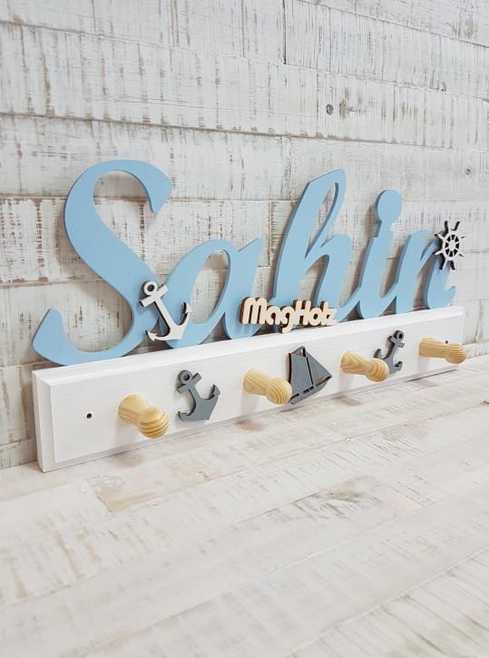 Kindergarderobe aus Holz mit Namen Sahin in Schreibschrift