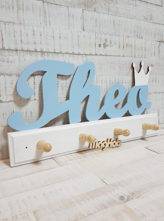 Kindergarderobe aus Holz mit Namen Theo in Schreibschrift